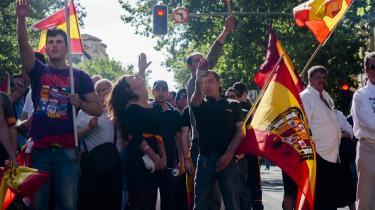 Facister under en demonstration i Madrid bærer flag med det spanske våbenskjold under Francos styre.  Der er fortsat folk i Spanien, der forsøger at ændre fortolkningen af Den Spanske Borgerkrig, forklarer professor Paul Preston.