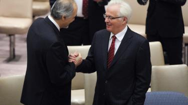 Syriens FN-ambassadør, Bashar Ja'afari, og Ruslands FN-ambassadør, Vitaly Churkin, udveksler håndtryk inden afstemningen i Sikkerhedsrådet i går. Her nedlagde Rusland og Kina veto mod yderligere saktioner mod Syrien.