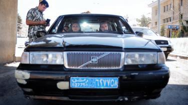 En familie fra Damaskus tjekkes ved grænsen til Libanon. Mens kampe i hovedstaden og andre steder har jaget mange på flugt i de seneste dage, var det forholdsvis få – og forholdsvis velhavende – flygtninge, der ankom til dne libanesiskegrænse i weekenden.