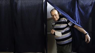 En mand forlader stemmeboksen ved et valgsted i Bukarest. Mere end 80 procent af de rumænere, der stemte søndag, ønskede Basescu afsat, men da kun 46 procent af de stemmeberettigede rumænere tog til valgurnerne, er afstemningen blevet erklæret ugyldig.