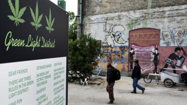 I stedet for at hash bliver solgt illegalt på Pusherstreet på Christiania, bør staten stå for salget, mener 35 procent af danskerne ifølge en meningsmåling, som Enhedslisten har fået lavet. Men eksperter sætter spørgsmålstegn ved målingen.