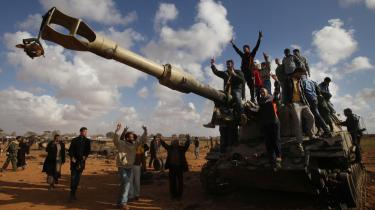 Ifølge tænketanken European Council for Foreign Relations har eurokrisen påvirket EU's udenrigspolitik. Nedskæringerne i forsvarsbudgetterne har ført til, at det nu er usikkert, at en intervention som den i Libyen vil være mulig i 2013. Her jubler libyere oven på en bombet kampvogn efter et af koalitionsstyrkernes luftangreb i marts 2011.
