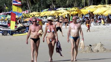 Europæiske turister slentrer på den fluepapirpakkede strand i Patong i Thailand. De seneste 10 år er det blevet så billigt at flyve på chartertur oversøisk, at Thailand har overtaget det, som Mallorca var for 40-50 år siden; danskernes favoritferiested.