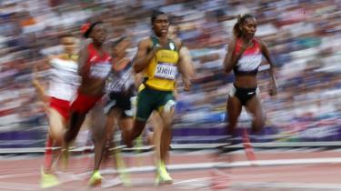 Kvinder har forskelligt niveau af testosteron, ligesom nogle har længere arme end andre og derfor har en fordel i svømning. Men mens mænd belønnes for ekstraordinære fysiske anlæg, skal kvinder åbenbart straffes. Især hvis de ikke er kvindelige, feminine nok som sydafrikanske Caster Semenya, der vinder sølv på 800 meter.