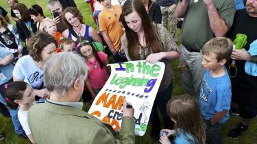 Den ateistiske forfatter Richard Dawkins signerer en plakat med teksten 'In the beginning, man created God' på en festival for ateister i North Carolina i USA. Dawkins er blevet bestsellerforfatter ved at udstille religionens faldgruber, og i dag er næsten hver femte amerikaner ateist eller agnostiker. I 2004 var det kun hver tiende.