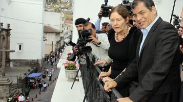 Ecuadors præsident, Rafael Correa, på balkonen i præsidentpaladset i Quito den 1. august sammen med Julian Assanges mor, Christine Assange, som formodentlig var ovre at sondere terrænet, hvis sønnen ender med at få asyl i Ecuador.
