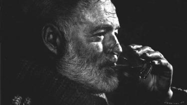 Forbillede. Hemingway er et maskulint forbillede, som de færreste moderne mænd kan leve op til. Men det kunne Hemingway som bekendt heller ikke selv, da det kom til stykket.