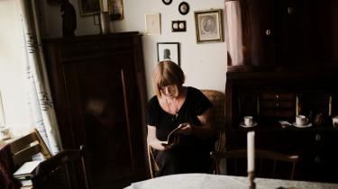 Oprør. Charlotte Strandgaard er både kristen og socialist. Nu fortæller hun om, at være født ind i et højintellektuelt hjem, at kæmpe sammen med rødstrømper i 1970'erne og om at savne sin far.