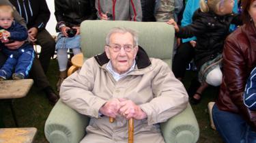 Fra den barske opvækst som bondesøn på sandede jorder i Vestjylland lærte Niels Christian Gejl Christensen at knokle sig ud af fattigdommen. Det blev til 74 år på arbejdsmarkedet
