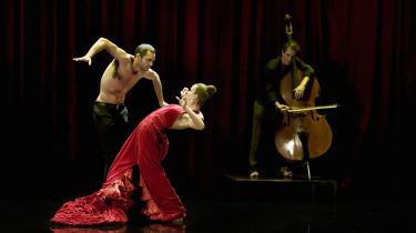 Selene Muñoz' kropslige rytmeeksplosioner fik publikum til at huje og pifte ved premieren på Bellevue Teatret.