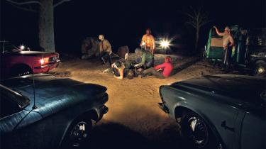 Ed Kienholz' 40 år gamle værk 'Five Car Stud' af en gruppe hvides lynchning af en sort mand er et kunstværk, der gør et uudsletteligt indtryk på beskueren. Det sorte mandsoffer er reduceret til en krop af en olietønde (tv.) - her ses bogstaverne i læsbar rækkefølge.