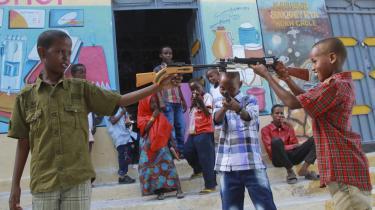 De unge i Somalia udgør hovedparten af befolkningen, og den oprørske militsgruppe al-Shabaab har godt fat i netop den del af befolkning, og har indført Taleban-lignende forbud mod tv, musik og afbildninger af mennesker og dyr.