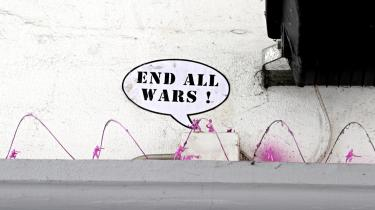 Det vigtigste våben i Pink Armys oprør er små lyserøde legetøjsoldater, der klæbes fast til bygninger, statuer og fortove.