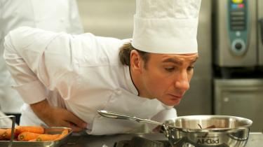 Der er koks i køkkenet og knas med kærligheden i den fjerlette og lidt ujævne franske komedie 'Kokken', der ser auberginer i øjnene og serverer and på tern