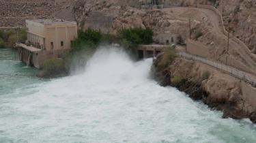 Kajaki-dæmningen trænger til reparationer.  F.eks. kan sluseportene ikke lukkes, og det betyder, at store mængder vand fosser ud uden at blive udnyttet til elproduktion. Selve kraftværkshallen med de to fungerende turbiner ses til venstre i billedet. Hvis den tredj e turbine bliver  installeret, og sluseportene repareret, vil opdæmningskapaciteten stige med 79 procent, fremgår det af beregninger foretaget af  Civil Military Fusion Centre. En kollosal opdæmmet sø ligger bag dæmingen, der rejser sig yderst tv. i billedet.