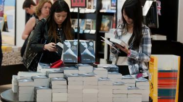 Populær. Den har solgt i næsten 40 milioner eksemplarer, og den er ikke engang blevet udgivet i Danmark. Alligevel har flere danskere læst 'Fifty Shades of Grey', og en anonym læser forklarer, at hun er blevet så grebet af bogen, at hun sommetider kommer til at kalde sin mand Christian. Det hedder hovedpersonen nemlig.