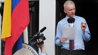 Wikileaks adskiller sig fra sine forløbere ved i Julian Asseage at have en karismatisk leder med en åbenhedsmission, der appllerer til samvittigheden. Derfor er det svært at skille hans personlige problemer fra organisationens.