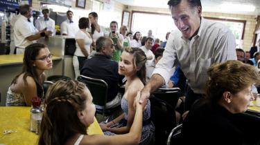 Mitt Romney fører valgkamp i en isbutik i Zanesville i svingstaten Ohio. Flere iagttagere kritiserer Romney for at være blottet for politisk substans og skifte holdning alt efter folkestemningen.