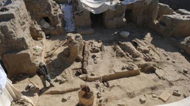 Aynak-minen indeholder verdens næststørste reserve af kobber og kan sikre Afghanistan hundredevis af millioner, når det kinesiske selskab, der har kontrakt på udvindingen af kobberet, påbegynder arbejdet i minen. Arbejdet er blevet forsinket, da arkæologer har fundet et kloster i området, og kineserne har givet dem tre år til at færdiggøre udgravningerne.