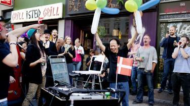 Mr. Lee og hans flæskestegssandwich er verdensberømt i hipsterkredse på Vesterbro. Op mod 1.000 mennesker mødte op for at fejre hans 61-års-fødselsdag.