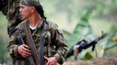Et medlem af FARC fotograferet i juli nær Toribio-provinsen i Columbia.  Sent mandag aften meddelte Colombias præsident, Juan Manuel Santos, at der i al hemmelighed har fundet forhandlinger sted mellem FARC og den colombianske regering.