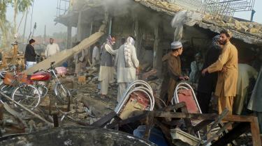 Ifølge den anerkendte pakistanske forfatter og journalist Ahmed Rashid tyder alt på, Kina bliver fremtidens væsentligste magtfaktor i Afghanistan. Her rydder afghanske mænd op efter et selvmordsangreb i Kandahar i forgårs.