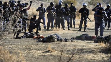 Konflikten ved Lonmin-minen endte med at koste 34 minearbejdere livet. Bagved konflikten står to fløje af ANC, der kontrollerer hver sin fagforening: National Union of Mineworkers (NUM) er støttet af præsident Jacob Zuma, mens 'den gule fagforening' Association of Mineworkers and Construction Union (AMCU) støttes af ANC's ungdomsafdeling og dens ekskluderede ungdomsleder, Julius Malema.
