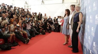 Instruktør Susanne Bier kunne i går præsentere sin nye film, 'Den skaldede frisør', ved filmfestivalen i Venedig. Her er hun sammen med filmens hovedrolleindehavere Pierce Brosnan og Trine Dyrholm.