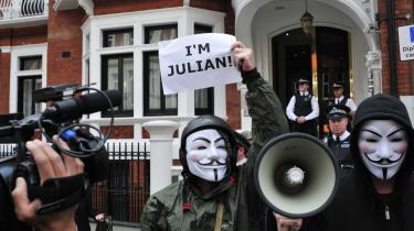 Er der noget, som kan pisse Anonymous af, er det, når de store træder på de små. Og vreden bliver kun stærkere, hvis det obstruerer den frie strøm af information og ytringsfrihed. Derfor reagerer bevægelsen så voldsomt, når eksempelvis WikiLeaks er truet. Her en demonstration foran Ecuadors ambassade i Storbrittanien, hvor WikiLeaks-stifteren Julian Assange befinder sig.