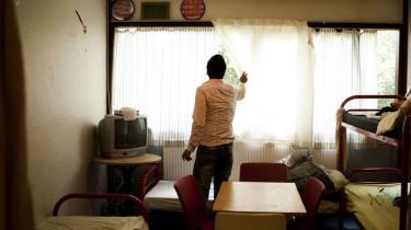 Husain Yagubi er på tålt ophold med pålæg om at sove hver nat i et lille firemandsværelse på asylcenter Sandholm og melde sig hver formiddag kl. 10 til kontrol hos politivagten.