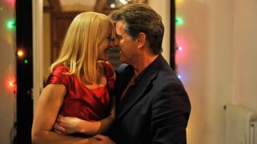 Gåsehud. Trine Dyrholm og Pierce Brosnan spiller det umage par med sådan en indlevelse, ømhed og karisma, at man simpelthen får gåsehud.