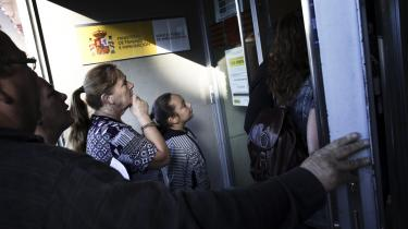 Arbejdsløse spaniere i kø foran et arbejdsformidlingskontor i Madrid. Nye tal offentliggjort i går viser, at antallet af arbejdsløse steg med 38.179 i august, så i alt 4,63 mio. spaniere nu står uden arbejde.