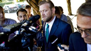 Københavns Politi besluttede i går for anden gang at sigte en af VK-regeringens spindoktorer for at have lækket oplysninger. Professor undrer sig kraftigt over politiets ageren, som han mener er 'uheldig'. Politidirektør Johan Reimann afviser