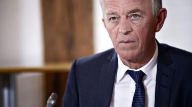 Villy Søvndal trækker sig som formand for SF nu for at give den kommende formand tid til at »organisere partiet«.