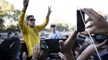 Lance Armstrong vinker til fans i Montreal under et motionsløb torsdag. Selv om myten om ham er tømt for indhold efter de detaljerede afsløringer i Tyler Hamiltons bog er, ikonet Armstrong tilsyneladende uovervindeligt.