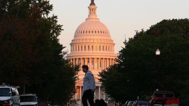 Kampen om gældsloftet. Sidste sommers storpolitiske drama om forhøjelse af den amerikanske stats gældsloft var den foreløbige kulmination i kampen om at slide det politiske system i stykker. Resultatet var, at befolkningens tillid til lovgiverne efterfølgende dykkede til laveste niveau nogensinde.