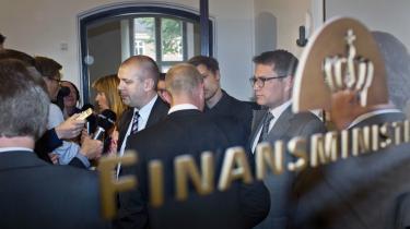 Ministrene må i de kommende uger tage kampen om diskonteringsrenten med Finansministeriets embedsmænd. Det er de nødt til gøre med bevidsthed om, at det i denne sag er dem – som folkets repræsentanter – der er eksperterne.