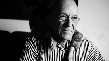 Henrik Nordbrandt. Født 1945. Hans første digtsamling kom i 1966, og han har siden udgivet over 20 til. Udvalg af hans digte er blevet oversat til mange sprog. Han har desuden udgivet et par romaner, essaysamlinger og børnebøger. Blandt de priser, han har modtaget, kan nævnes Det Danske Akademis pris, Det Svenske Akademis nordiske pris og Nordisk Råds pris.