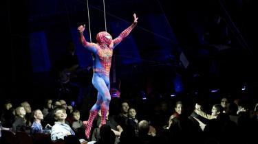 Store scenografier på teaterscenen kan føre til voldsomme ulykker. Under Spiderman-musicalen, som blev vist på Broadway, faldt stuntmanden Christopher Tuerney i rollen som Spiderman otte meter ned på scenegulvet, da en wire sprængte.