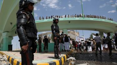 Sikkerhedssoldater affyrede i går advarselsskud for at holde demonstranter væk fra USA's ambassade i Yemen