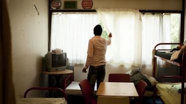 Det fremgår af den såkaldte tuneserlov fra 2008, at det er udlændingemyndighedernes ansvar at vurdere, om hver enkelt udlænding på tålt ophold er pålagt for skrappe indgreb. Det har myndighederne forsømt. Den unge afghaner Husain Yagubi bor i Sandholm Lejren og er på tålt ophold i Danmark.
