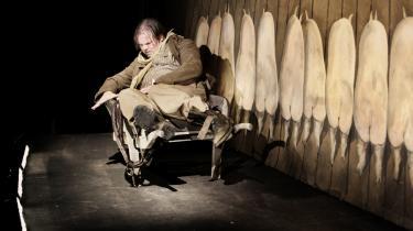 Der ligger Anders Gjellerup Kochs Jeppe så mellem sine svin og sover rusen ud i en trillebør i Odense Teaters vellykkede opsætning af 'Jeppe på Bjerget'.