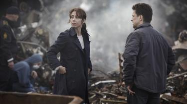 En kriminalassistent (Pelle Koppel) og Sarah Lund (Sofie Gråbøl) i en en scene i 'Forbrydelsen III'. Serien indledes med, at en mand forsvinder fra et gammelt tankskib.