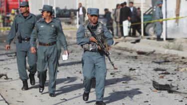 Afghanske politifolk på patrulje ved det sted, hvor en selvmordsbombemand slog til i Kabul i tirsdags.