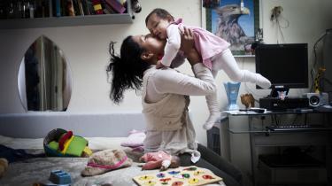 Amal bruger meget tid på at bygge huse af legoklodser sammen med sin mor Barno i familiens lejlighed i Sandholmlejren, men uden for lejlighedens fire vægge er tilværelsen i lejren knap så rar. Hensigten med den nye asylaftale er at lette tilværelsen for flygtninge ved at give dem lov til at rykke uden for asylcentrene og bo, arbejde og uddanne sig.