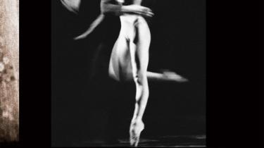 Der skal en kongenial fotograf til at fastholde balletkunstens forgængelige former og magiske øjeblikke – charmerende, informativ og smukt disponeret bog om John R. Johnsens årtier lange virke som fotograf ved Den Kongelige Ballet