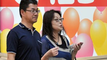 Et japansk par på sommerudsalg. Krisen har også ramt Japans forbrugere og deres tro på fremtiden. Finansminister Bjarne Corydon (S) prøver at berolige os og siger, at der er bedring i sigte i 2013, men globalt kan ingen få øje på en bedring.