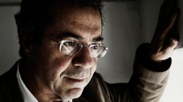 Göran Rosenberg blev oprørt, da en avis i omtalen af hans seneste bog 'Et kort ophold på vejen fra Auschwitz' lagde vægten på, at hans far begik selvmord, da Göran var kun 11 år. Det er nemlig ikke pointen, pointen er rejsen, hans egen og hans fars rejse fra Auschwitz via en slavearbejdslejr i Tyskland til det forjættede Sverige.
