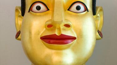 Arken udstiller i øjeblikket indisk kunst. Men hvor den vestlige, 'universelle' kunst står ufortalt, får indisk 'global' kunst ikke lov til at tale for sig selv. Den skal nemlig forklares ud fra kastesystem og religion. Hvad fortæller det om vores kunstsyn?