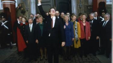 Humøret var højt, da Poul Nyrup Rasmussen i januar 1993 præsenterede sin nye rødkløverregering bestående af Socialdemokraterne, Radikale Venstre, Kristeligt Folkeparti og CD . Men det blev hurtigt hverdag for Nyrup, der ligesom Helle Thorning-Schmidt var meget upopulær det første år.